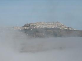 Acerenza surgie du brouillard...